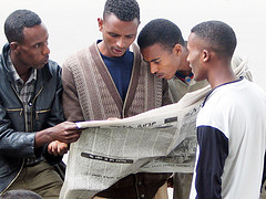 Uomini africani che leggono il giornale